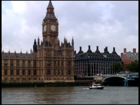 Londra il Parlamento, dal Big Ben) esterno in barca sul fiume