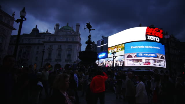 vídeos de stock, filmes e b-roll de london piccadilly circus at night (4k/uhd to hd). - picadilly