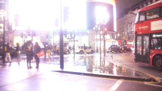 Londoner Piccadilly Circus in der regnerischen Nacht