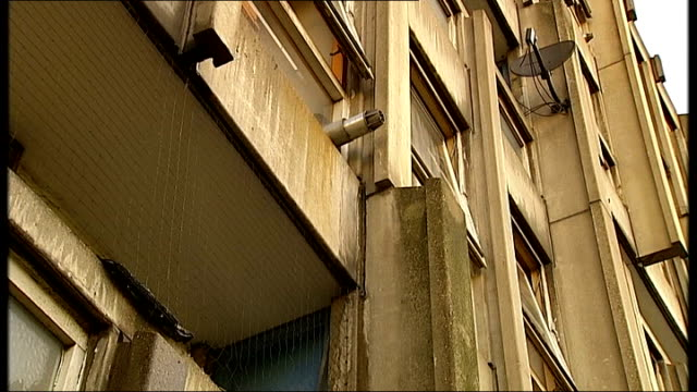 vídeos de stock, filmes e b-roll de poplar robin hood gardens ext low angle shots of exterior of housing block with water dripping from balcony - árvore de folha caduca