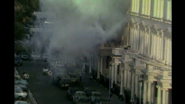 princes gate ext sas man on balcony of iranian embassy during siege as explosion blasts pull out as thick black smoke billows sas soldiers on balcony... - belagerung stock-videos und b-roll-filmmaterial