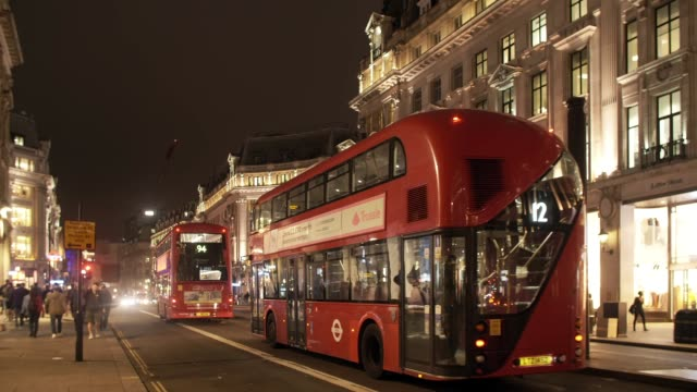 london regent street at night - doppeldeckerbus stock-videos und b-roll-filmmaterial