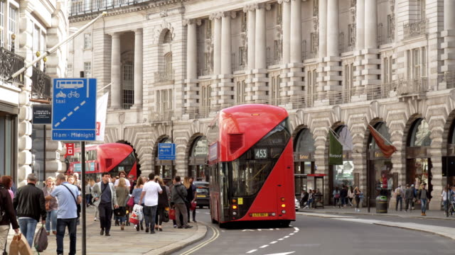 london regent street south end - doppeldeckerbus stock-videos und b-roll-filmmaterial