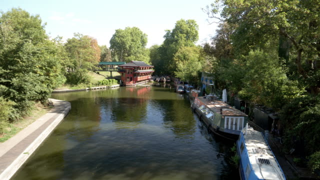 vídeos de stock, filmes e b-roll de canal do regent london visto da ponte de pé largo - parque regents