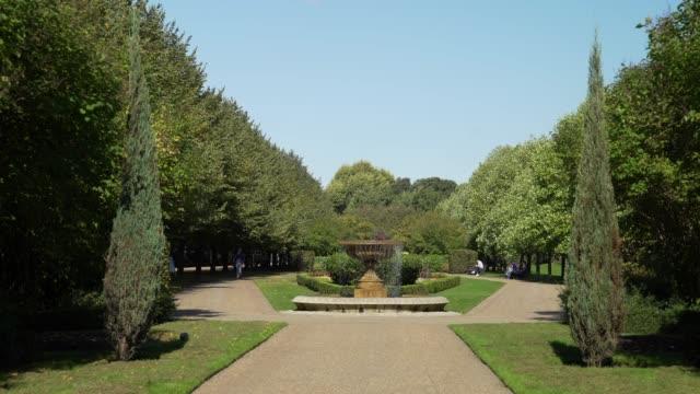 vídeos de stock, filmes e b-roll de londres regents park avenue gardens - parque regents