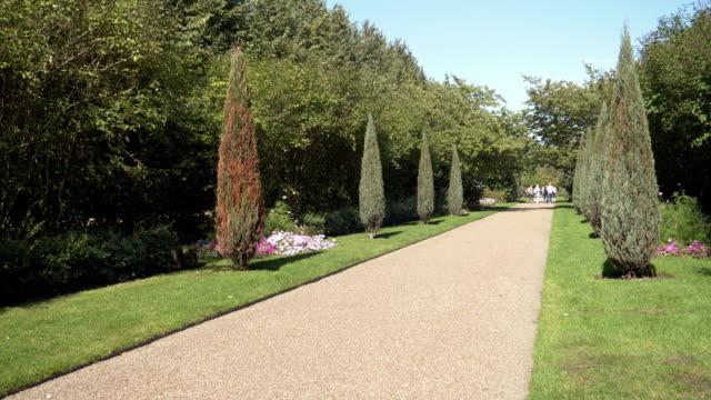 vídeos de stock, filmes e b-roll de london regent ' s park avenue gardens - parque regents