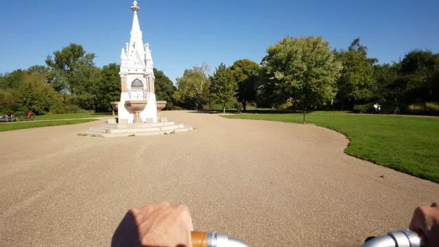 vídeos de stock, filmes e b-roll de londres regente do parque amplo pé como visto do ciclismo do ponto de vista - parque regents