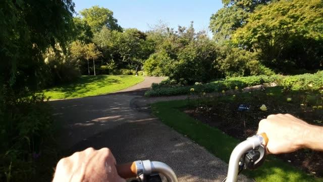vídeos de stock, filmes e b-roll de londres regente do parque jardim da rainha mary ciclismo ponto de vista - parque regents