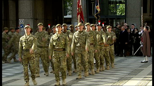 stockvideo's en b-roll-footage met london regiment homecoming parade; england: london: city of london: ext **military music heard over following** soldiers from the london regiment,... - british military