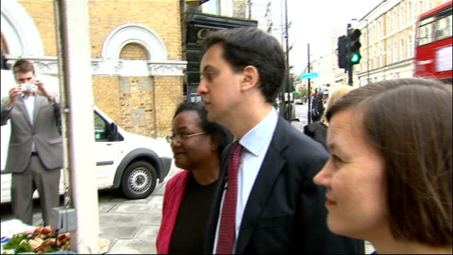stockvideo's en b-roll-footage met ed miliband in dalston miliband hillier and abbott up to prawn stall and talk to trader sot various shots of the three of them walking along street... - steurgarnaal