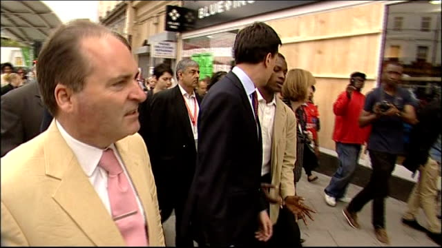 vídeos de stock e filmes b-roll de further violence and unrest peckham ed miliband mp along street with others past damaged shop fronts ed milband interview sot we need firm action... - peckham