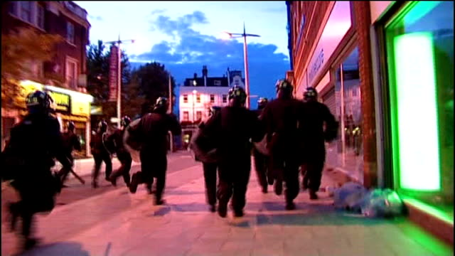vídeos de stock e filmes b-roll de manchester chief constable criticises metropolitan police llib riot police in peckham high street during rioting fireworks going offin high street... - peckham
