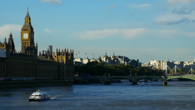 london river thames and houses of parliament - palazzo del parlamento video stock e b–roll