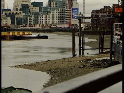 vídeos y material grabado en eventos de stock de london: river thames, where torso of african boy was found - torso