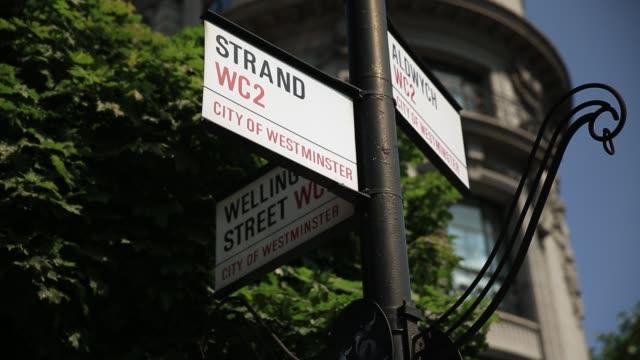 vidéos et rushes de signe de route de londres - panneau de rue