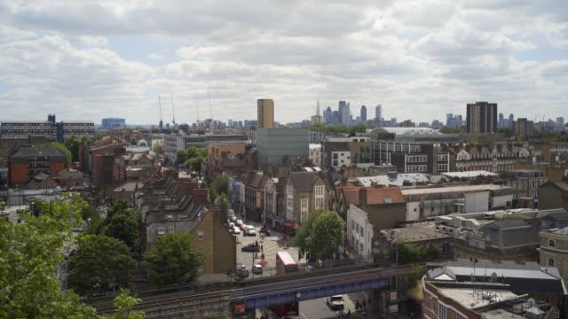 stockvideo's en b-roll-footage met london rooftops and hackney central overground station. - eastenders