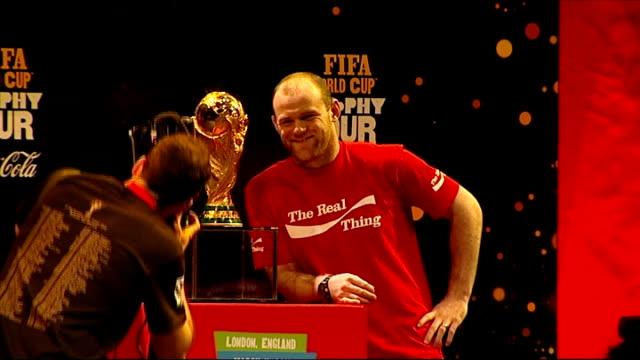 vidéos et rushes de rooney posing for photocall alongside fifa world cup trophy - trophée