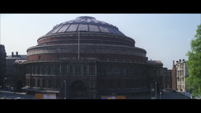 vídeos de stock, filmes e b-roll de 1962 london - royal albert hall, albert memorial - royal albert hall