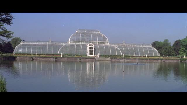 1962 london - royal botanic garddens at kew - キュー点の映像素材/bロール