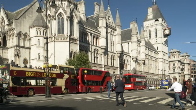 stockvideo's en b-roll-footage met london royal courts of justice in the strand road - gerechtsgebouw