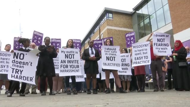vidéos et rushes de london schoolgirls demand verbal abuse against women be recategorised as a hate crime; uk, london: schoolgirls protesting with anti-misogyny placards... - genre de la personne