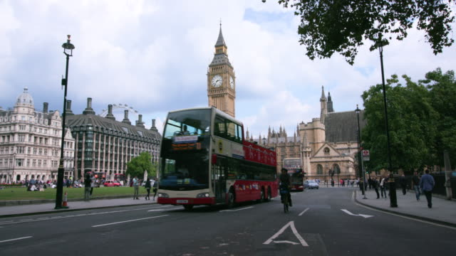 london september wednesday - autobus a due piani video stock e b–roll