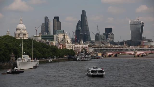 london skyline viewed from waterloo bridge in london, on the 1st of august, 2014. - ランベス点の映像素材/bロール
