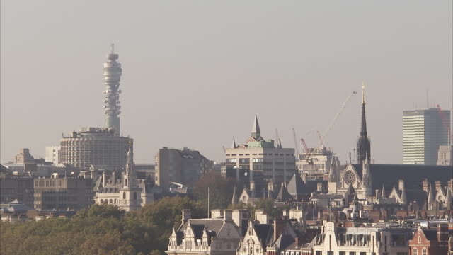 vídeos de stock e filmes b-roll de london skyline with bt tower in distance available in hd. - bt tower londres