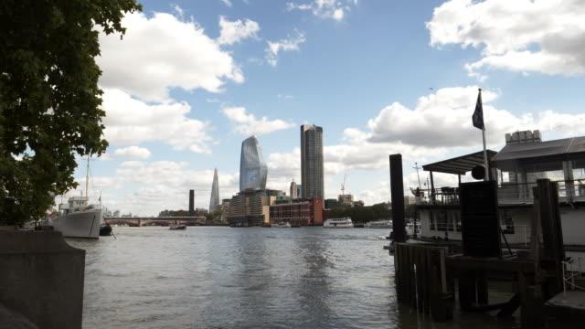 Gratte-ciel de South Bank de Londres vu du remblai de Viktoria