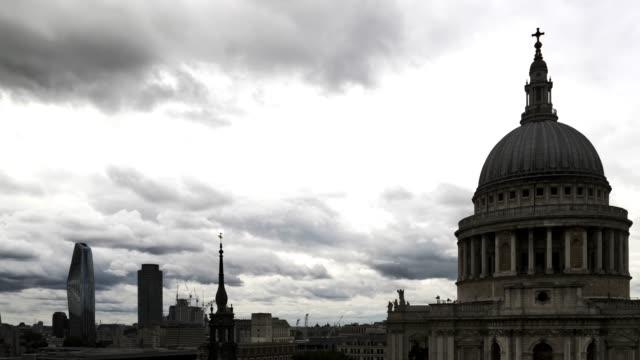 vídeos y material grabado en eventos de stock de la cúpula de la catedral de london st. paul en el back lit - back lit