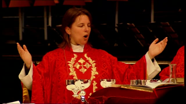 St Paul's Cathedral INT Reverend Lucy Winkett singing and conducting service SOT