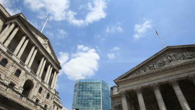 vídeos de stock, filmes e b-roll de london stock exchange and bank of england - time lapse - bolsa de valores de londres