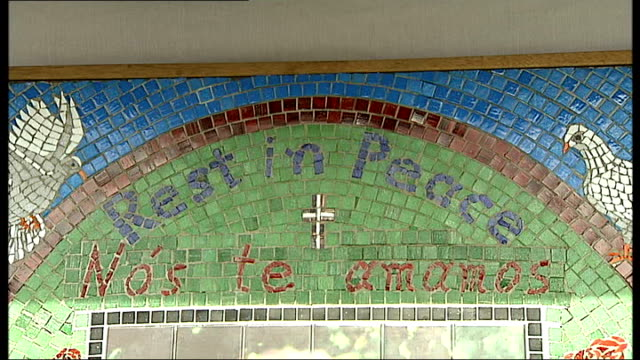 london stockwell underground station ext mosaic memorial for jean charles de menezes being unveiled close ups of mosaic featuring photograph of... - jean charles de menezes bildbanksvideor och videomaterial från bakom kulisserna