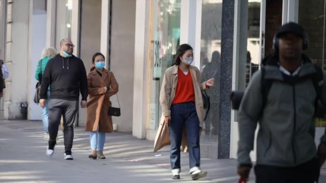 london street scenes during the coronavirus pandemic people wearing face masks - human head stock videos & royalty-free footage