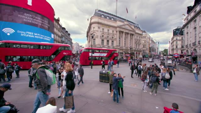 london street scenes - standing stock-videos und b-roll-filmmaterial