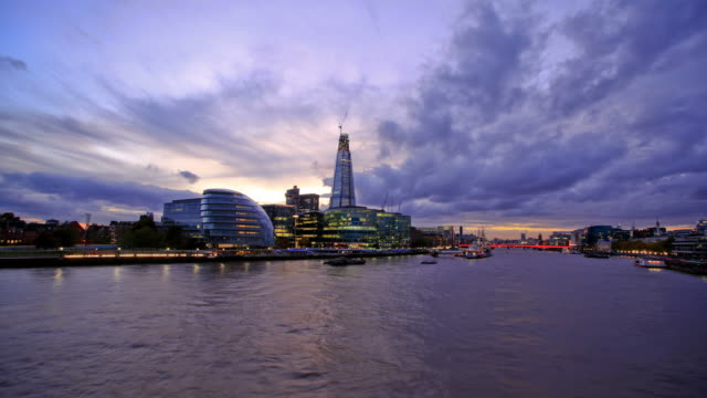stockvideo's en b-roll-footage met london sunset hd timelapse. river thames from tower bridge - town hall