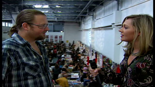 vídeos y material grabado en eventos de stock de london tattoo convention; england: london: brick lane: london tattoo convention: int reporter to camera people having tattoos 'done' by tattoo... - feria comercial