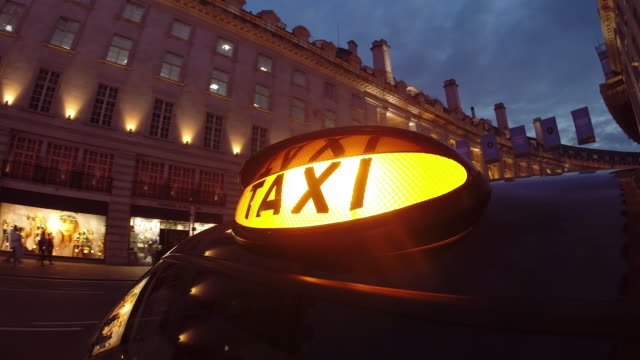 vidéos et rushes de london taxi driving through west end - taxi