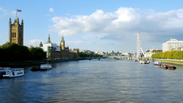 london thames river und houses of parliament - doppeldeckerbus stock-videos und b-roll-filmmaterial