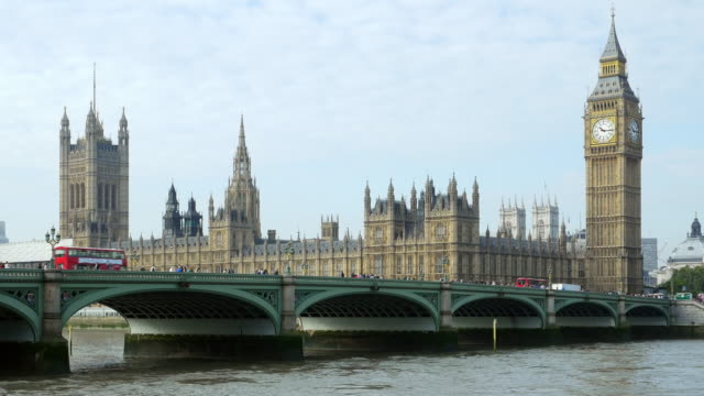 vídeos de stock e filmes b-roll de london thames river and houses of parliament - big ben
