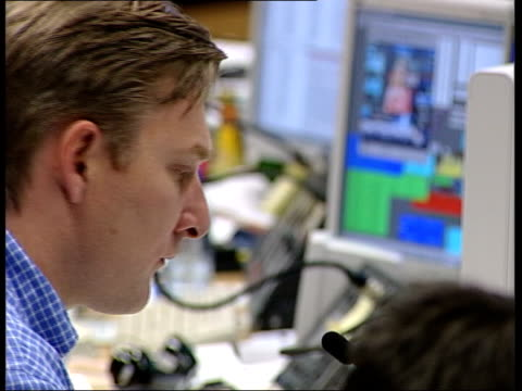 london: the city: dealers sat at computers in dealing room - worldcom stock-videos und b-roll-filmmaterial