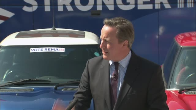 vídeos de stock e filmes b-roll de the oval: ext yellow mini car , blue mini car and red mini car at 'stronger in' event green bicycle david cameron mp , tim farron mp , harriet harman... - back lit