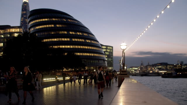 london the queen's walk and city hall at night - town hall stock videos & royalty-free footage