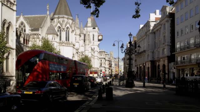 london die strand road und königliche gerichtshöfe - gerichtsgebäude stock-videos und b-roll-filmmaterial