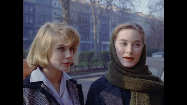 1961 - london - three women talk on residential street, 18 cornwall gardens, kensington - kensington und chelsea stock-videos und b-roll-filmmaterial