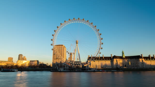 vídeos y material grabado en eventos de stock de london: timelapse of london eye before sunset during a sunny day - rueda del milenio