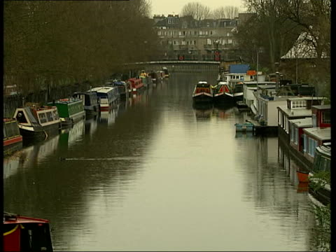 vídeos de stock, filmes e b-roll de inside property itv england london tgvs barges and houseboats moored on canal - itv london tonight