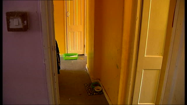 vidéos et rushes de london tonight special on the kids company charity freeze frame images of flat before makeover - arrêt sur image