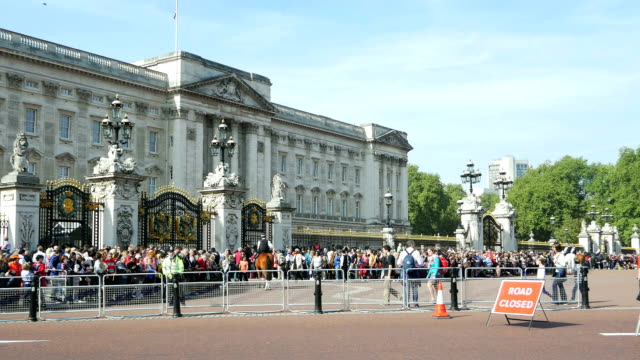 london tourists awaiting motorcade at buckingham palace - road closed sign stock videos & royalty-free footage