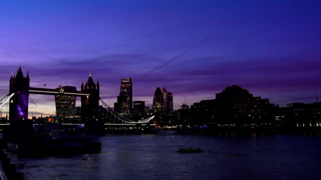 London Tower Bridge und die Stadt bei Nacht